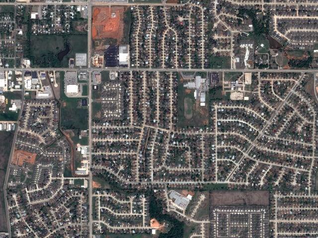 Eine Satellitenaufnahme vor dem Tornado zeigt eine intakte Siedlung.