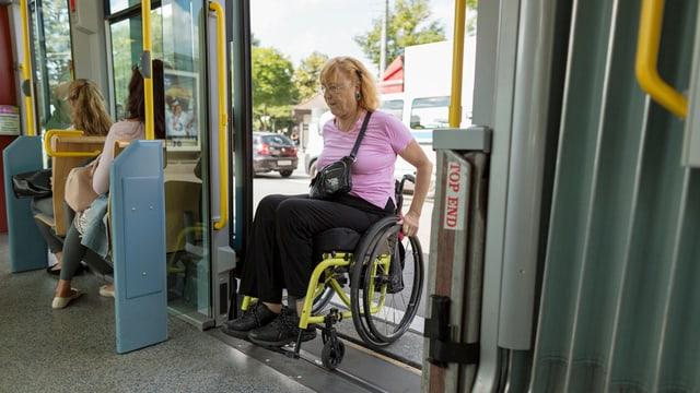Frau im Rollstuhl fährt in Tram