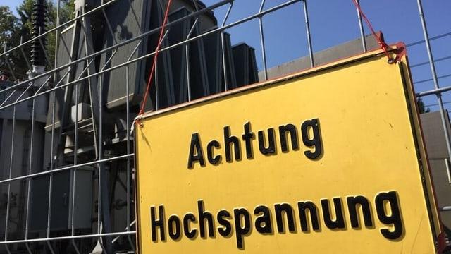 """Warntafel """"Achtung Hochspannung"""" vor Transistoren"""