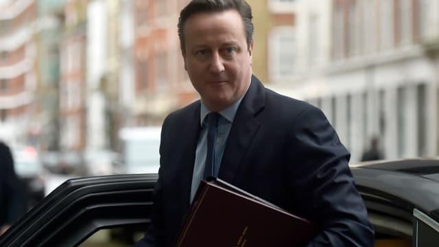 Der britische Premier David Cameron mit einer Mappe unter dem Arm.