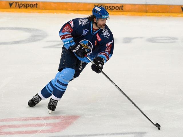 Jaromir Jagr kurvt auf dem Eis.