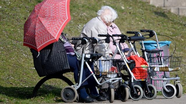 Maletg simbolic: Seniors che fan in paus sin in banc
