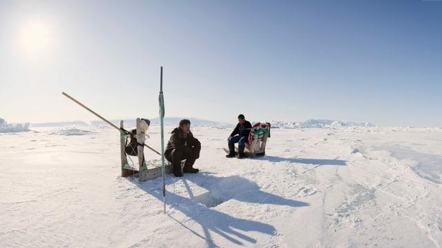 Inuit beim Angeln im Eis