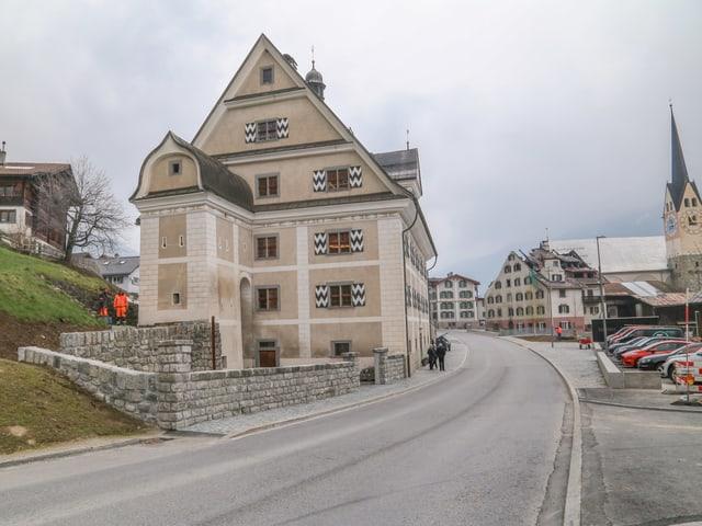 L'entrada dal vitg da Trun cun la Cuort lia Grischa e la chasa Carigiet.