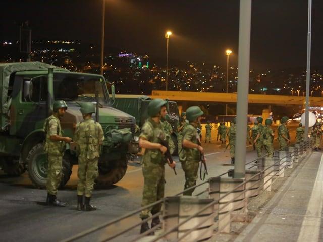 Soldaten auf Bosporos-Brücke