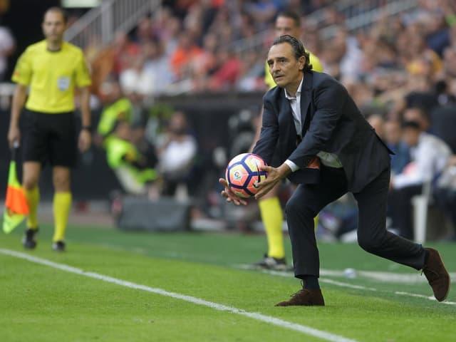 Cesare Prandelli fängt einen Ball an der Seitenlinie ab.