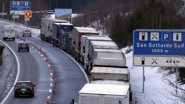 Lastwagenstau vor dem Gotthardtunnel