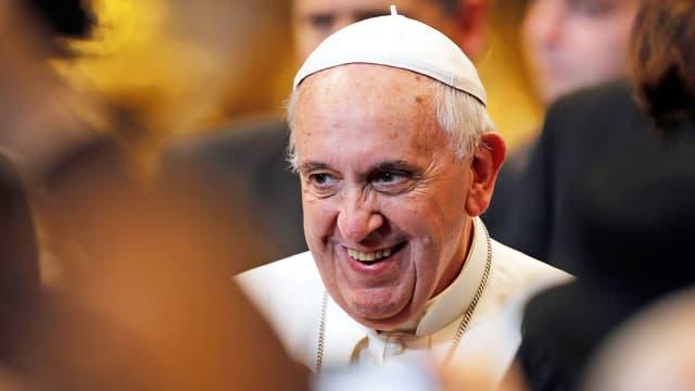 Der Papst lacht.