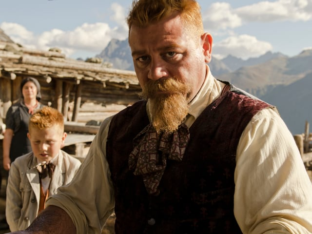 Schauspieler Leonardo Nigro für einmal mit rotem Bart als Krämerseele Armon.