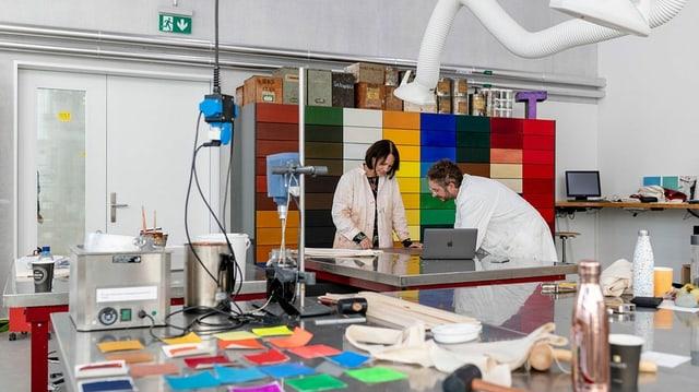 Das Atelier mit den Farbpigmenten.