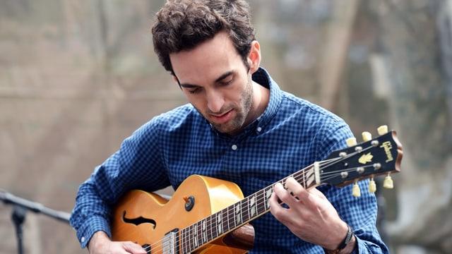 Julian Lage spielt Gitarre.
