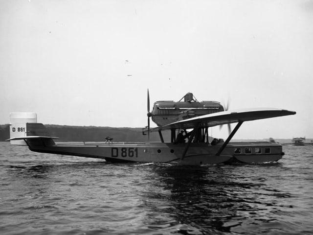 Das Flugboot mit dem Kürzel Do J «Wal» auf dem Wasser.