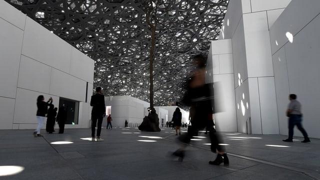 Menschen im Louvre-Museum von Abu Dhabi.