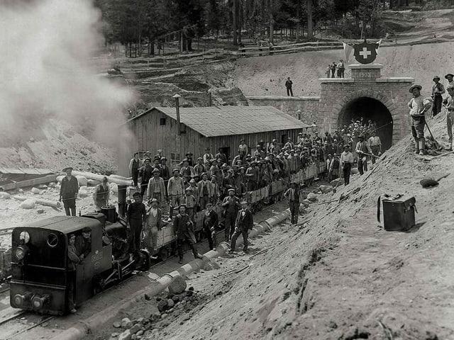 Midada da servetsch tar il portal dal sid (enturn 1900).