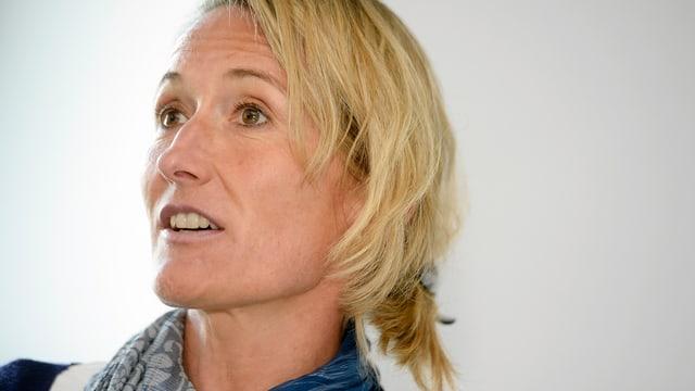 Susanne Hochuli vor den Medien am Zürcher Flughafen.