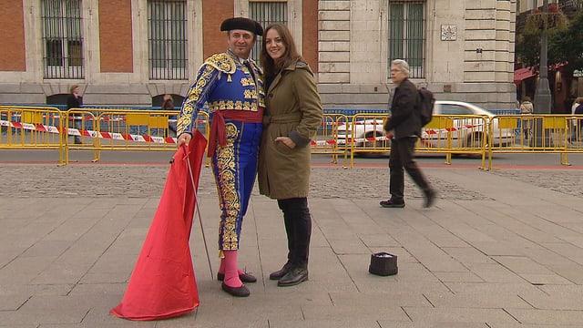 Nina Brunner posiert mit dem als Stierkämpfer verkleideten Elias auf einem Platz in Madrid.