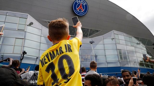 Knabe mit einem gelben Neymar-Trikot