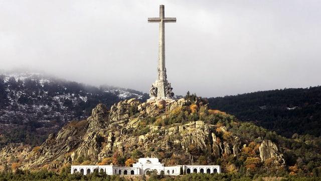 Gesammtansicht des Tales der Gefallenen, mit riesigem Kreuz und Kloster.