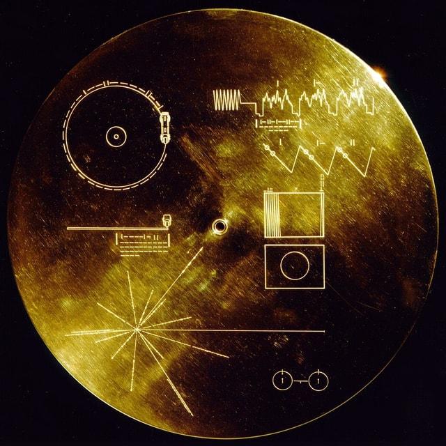Goldene Schallplatte mit eingravierten Mustern.