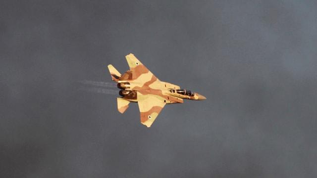 Israelischer Kampfjet fliegt Kurve