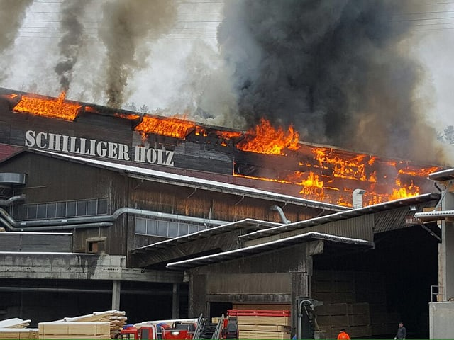 Ein Gebäude der Schilliger Holz AG stehen in Flammen.