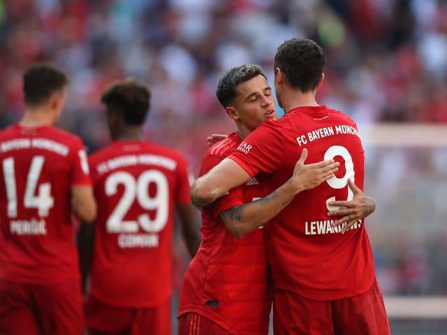 Philippe Coutinho umarmt Robert Lewandowski.