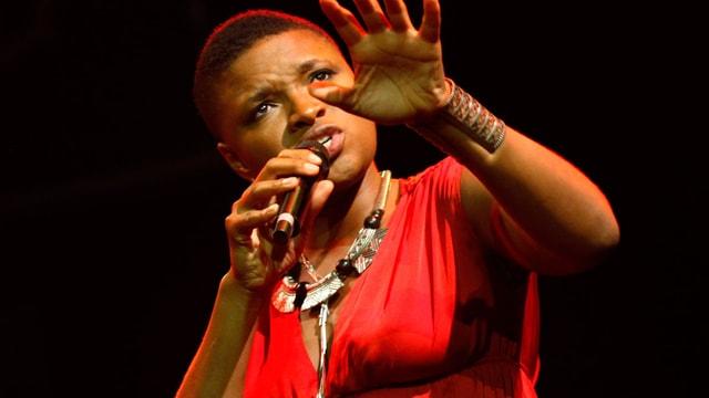 Kurzhaarig, in rotem Kleid: Lizz Wright singt in Istanbul am Jazz-Festival