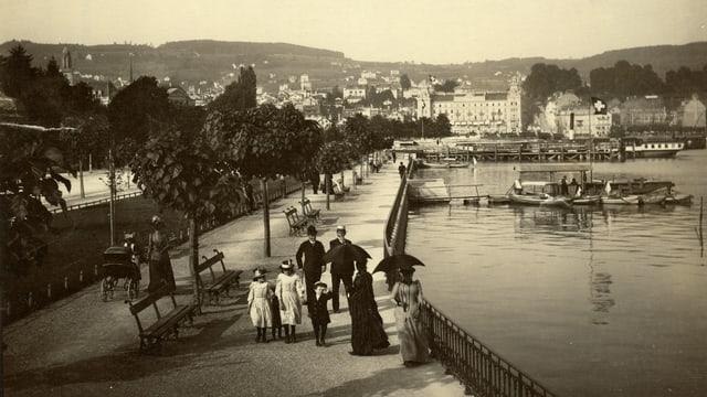 ein schwarz-weiss Bild der Seepromenade