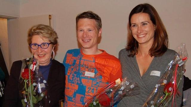 Agnes Weber, Jonas Fricker und Maja Riniker stehen mit Rosen in der Hand da