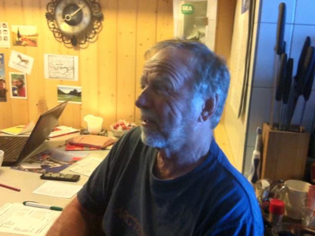 Hüttenwart Loretan an seinem Arbeitsplatz.