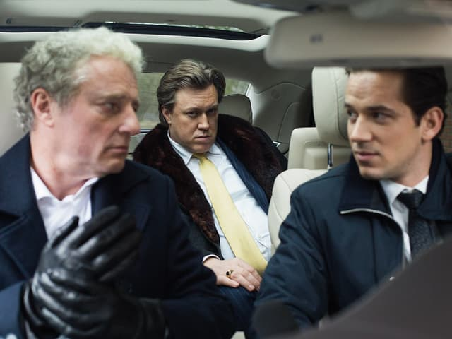 Max Ritter (rechts, Marc Benjamin) und Marius Loukauskis (mitte), der Kopf einer skrupellosen Verbrecherorganisation.