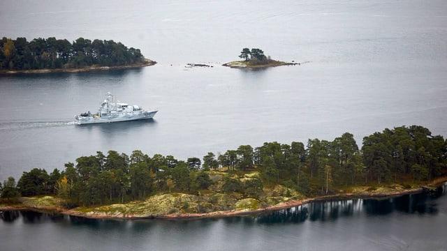 Minensuchschiff zwischen zwei Inseln