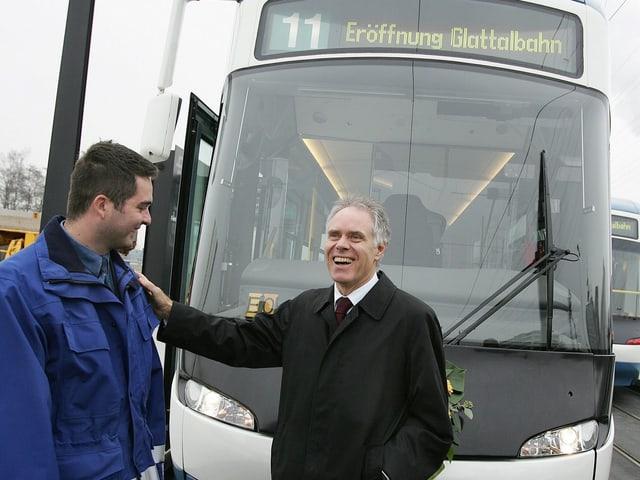 Bundesrat Moritz Leuenberger vor einem Tram der Glattalbahn