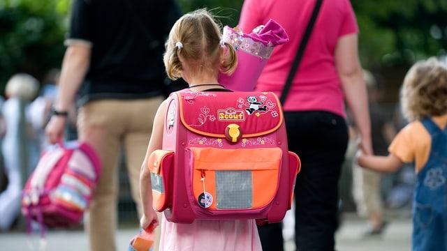 Kind mit Schulranzen.