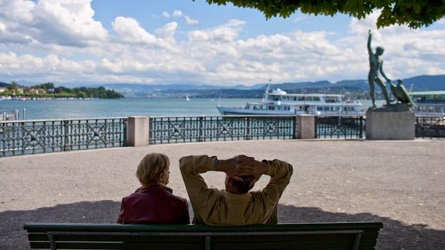 Rentner-Ehepaar auf Bank am Bürkliplatz am Zürichsee
