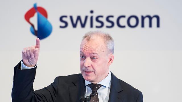 Il CEO da Swisscom Urs Schäppi avant il logo da Swisscom.