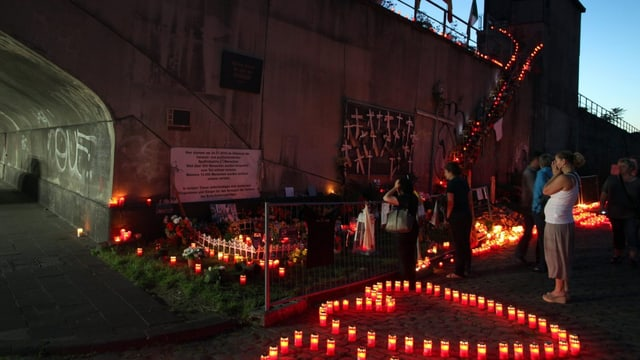 Kerzen in Herzform aufgestellt brennen an der Gedenkstätte für die Loveparade-Opfer.
