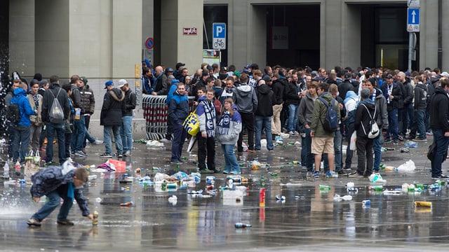 Besammelte Fans, Abfall im Vordergrund.