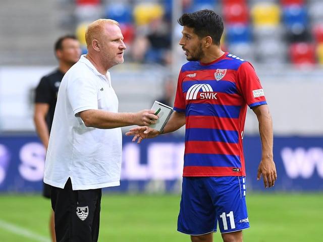 Trainer Heiko Vogel im Gespräch mit Roberto Rodriguez.