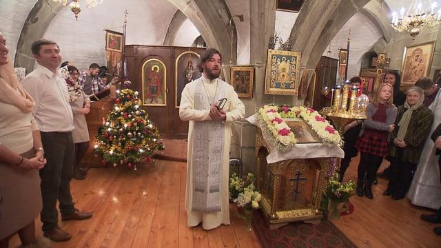 Priester Ioan Ciurin inmitten der russisch-orthodoxen Gläubigen.