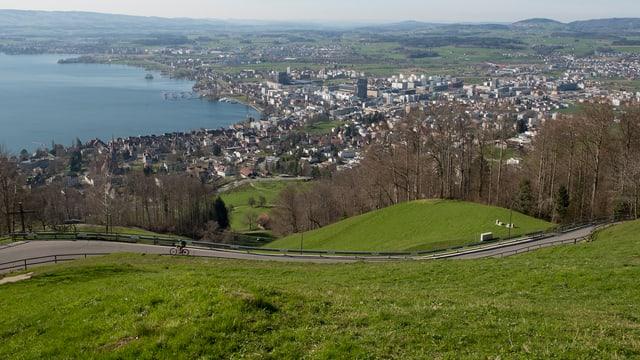 Panoramabild der Stadt Zug bei Sonnenschein.