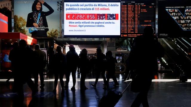 Ein Bildschirm am Bahnhof in Rom zeigt Italiens Schuldenberg an.