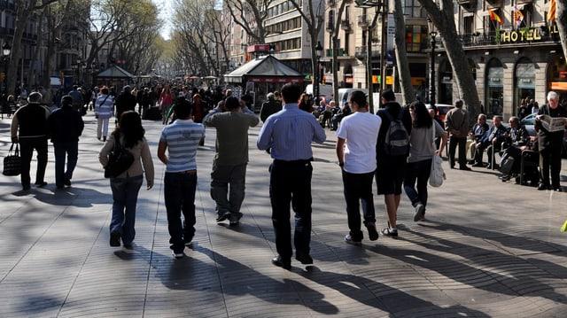 Zahlreiche Menschen spazieren dem Boulevard Las Ramblas entlang.