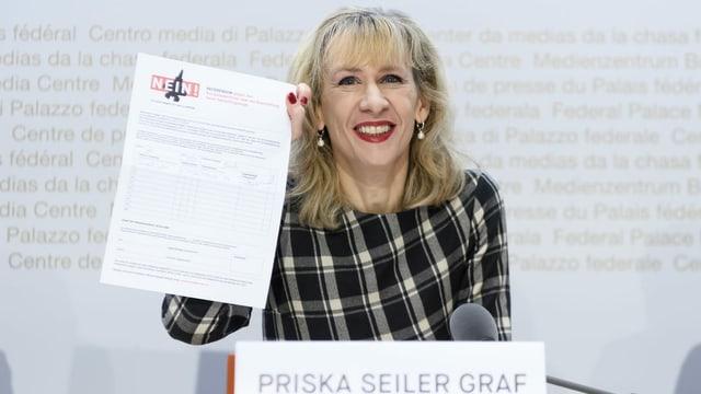 Priska Seiler Graf da la PS che tegna ad aut in cedel per rimnar suttascripziuns cunter ils aviuns da cumbat.