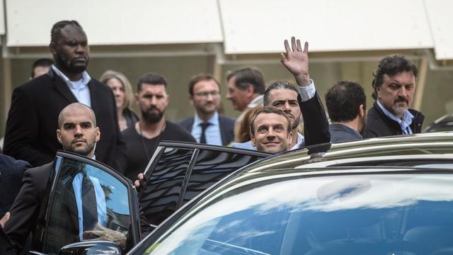 """Emmanuel Macron suenter ina seduta cun """"La Republique en Marche""""."""