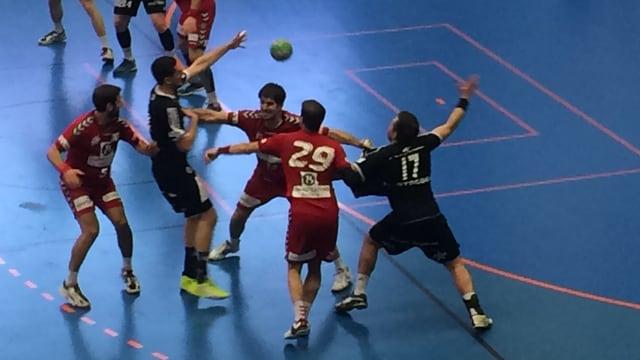 Ein Paar Männer spielen Handball mit vollem Einsatz