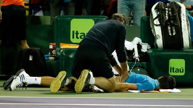 Tennisspieler lässt sich behandeln.