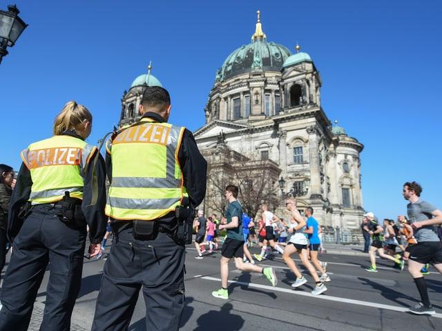 Polizei bei Marathon.