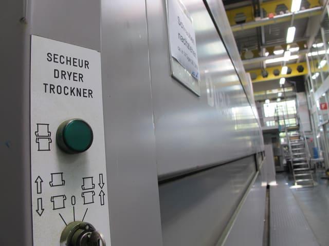 Hinter der Druckmaschine wird in einem Heizkörper das Papier während einer Sekunde auf 110 Grad erhitzt.
