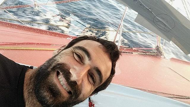 Auf dem Bild sieht man Alan Roura auf seinem Segelboot